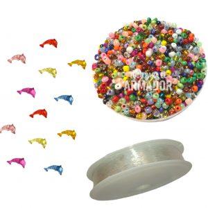 Combo F de 100 gs de mostacillones surtidos + 100 gs de dijes acrilicos surtidos + 1 tanza de 100 mts de nylon